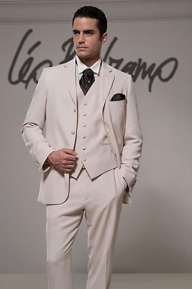 Однако криэйторам мужских свадебных костюмов 2012 интересны эксперименты не только с фактурами
