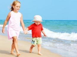 Субботний летний день в кругу семьи и друзей на пляже
