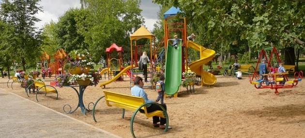 Детская площадка: учим малышей, учимся сами