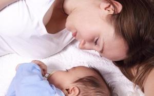 Совместный сон с малышом вредит маме