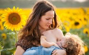 Названы причины длительного грудного вскармливания