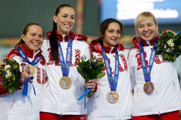 Конькобежки Ольга Граф, Екатерина Лобышева, Екатерина Шихова и Юлия Скокова -бронзовая медаль.