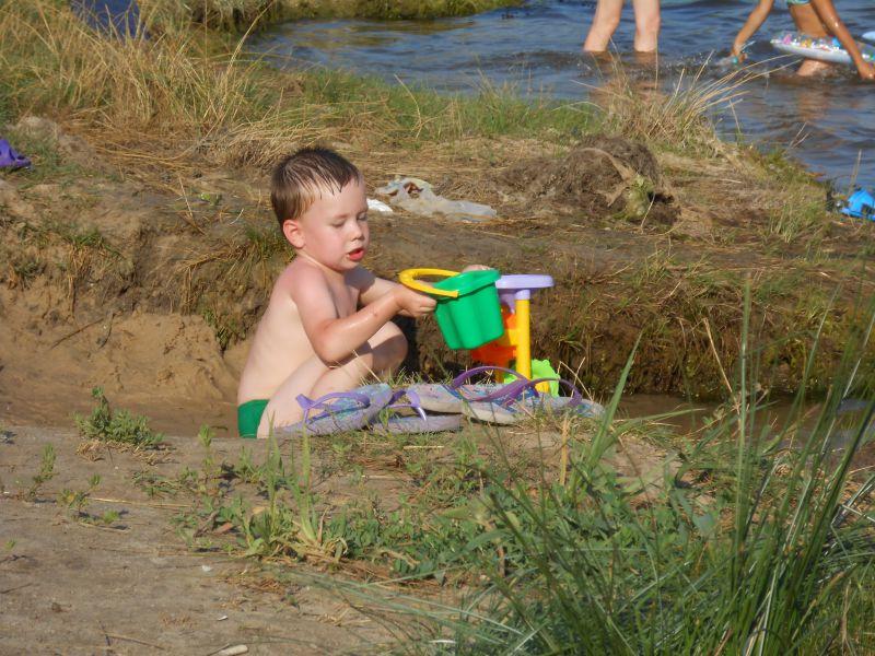 Речка, солнце и песок! Что еще для счастья надо?